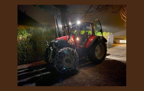 Tracteur prêt pour le déneigement